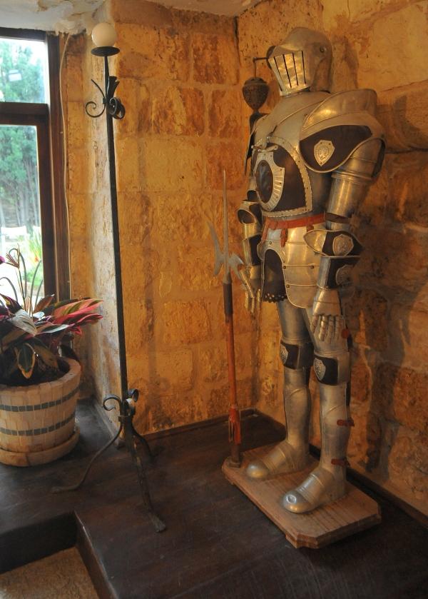 рыцарь встречает гостей свадьбы